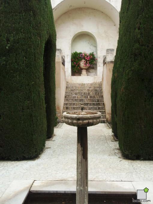 Escalera y fuente