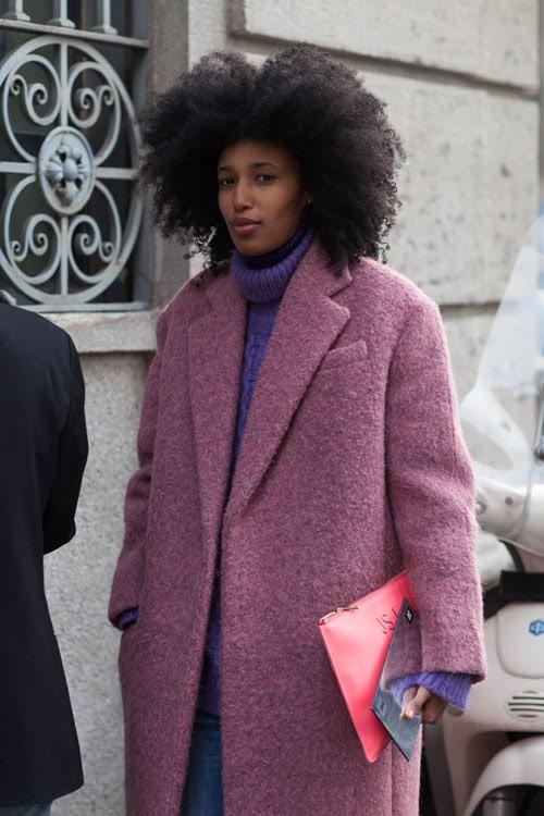 Julia Sarr-Jamois con un cappotto oversize color ciclamino