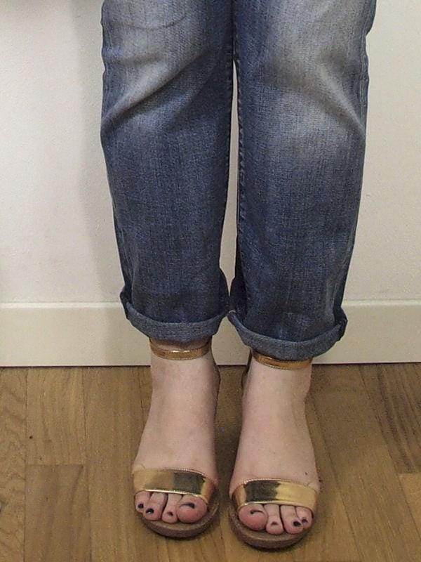 Verdementa_Blog-outfit-curvy-boyfriend-jeans-sandali oro