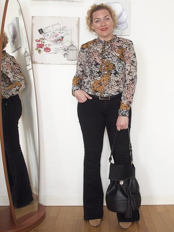 Outfit curvy romantico con pantaloni a zampa