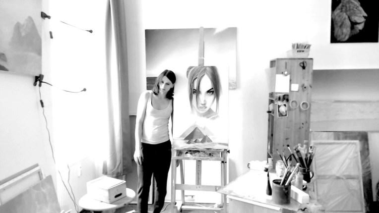 Verena Baur zeigt sich in ihrem Atelier in der Grazer Innenstadt
