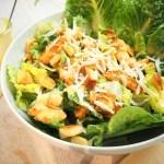 Caesar's Salad mit Original-Dressing, Hähnchenbrust und Knoblauch-Croutons