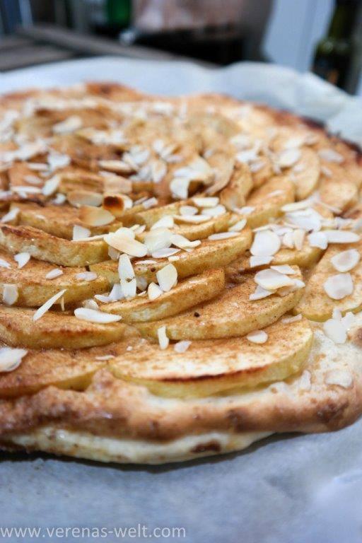 Apfel-Blätterteigschnitten mit Marzipan-Schmand
