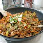 Honig-Sriracha-Hähnchen mit Gemüse und Soba-Nudeln