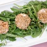 Rucola-Salat mit Honig-Senf-Dressing und gratiniertem Ziegenkäse