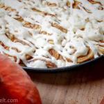 Pumpkin Cinnamon Rolls mit Creamcheese-Frosting