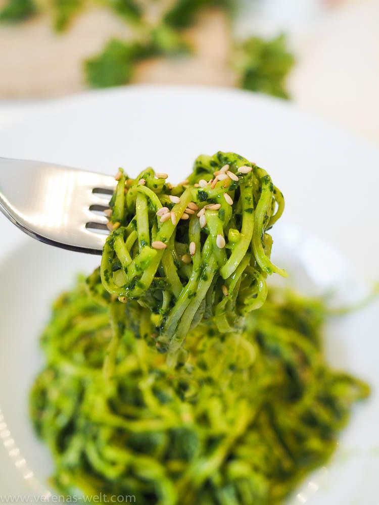 Ramen-Nudeln mit Spinat-Miso-Pesto