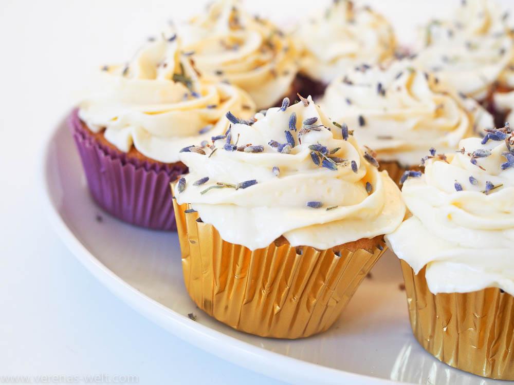 Und wenn ich Lavendel-Cupcakes sage, dann meine ich keine Badebomben. Die hier sind wirklich zum Essen. Und sie sind SO LECKER. Überraschenderweise stieß ich auf etwas Verwunderung, als ich mein gottgleiches Werk der Bevölkerung präsentierte, schien es den Menschen wohl komisch, Lavendel zu essen. Nun ja. Also ich mag es sehr und alle, die es probiert haben, waren begeistert. Wer also mal was Neues will, offen ist und Lavendel mag, der sollte nicht länger zögern und diese bildhübschen aber auch unglaublich guten Lavendel-Cupcakes ausprobieren. Der Lavendel ist im übrigen auch nicht übermäßig dominant.