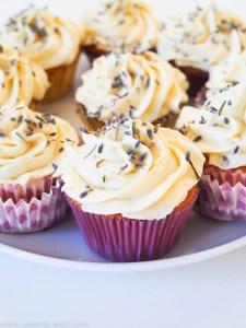 Lavendel-Cupcakes mit Honig-Frischkäse-Frosting