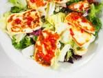 Halloumi mit schneller Sweet-Chili-Sauce auf Salat nach Nigella Lawson
