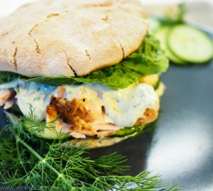 Pulled Planklachs-Burger mit Honig-Senf-Dill-Sauce