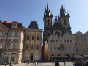 Staroměstské náměstí s výhledem na kostel Matky Boží před Týnem a dům U Kamenného zvonu.