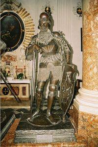 """Bronzen sculptuur van Theoderik de Grote (""""Flavius Theodoricus"""") van Peter Visscher de Oude (1512-13) in de graftombe van keizer Maximiliaan I in de Hofkirche te Innsbruck (foto: James Steakley, CC-ASA 3.0)"""