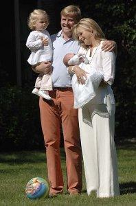 Prins Willem-Alexander, prinses Máxima en de prinsesjes Catharina-Amalia en Alexia in 2005 (foto: RVD)