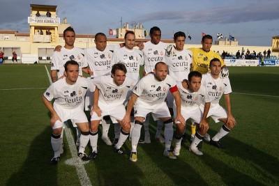 Een voetbalteam uit Ceuta. Of een van deze mannen Mohamed Mohamed Mohamed heet, is niet bekend. (foto: Cabed0, CC ASA 3.0 U)