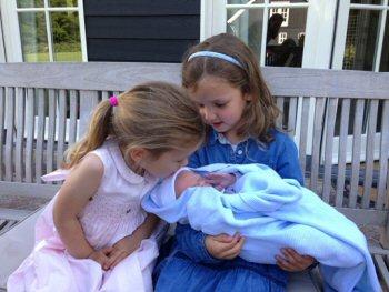 Magali en Eliane met hun broertje Willem Jan (foto: prins Floris)