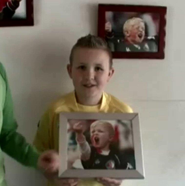'Lachen hè?' - Brian Feyenoords broer Mikey werd wereldberoemd met deze foto (screenshot KRO Puberruil)