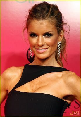 A Little Beauty Trick: Apply Airbrush Self-Tanner with a Makeup Sponge for a Flawless Face!