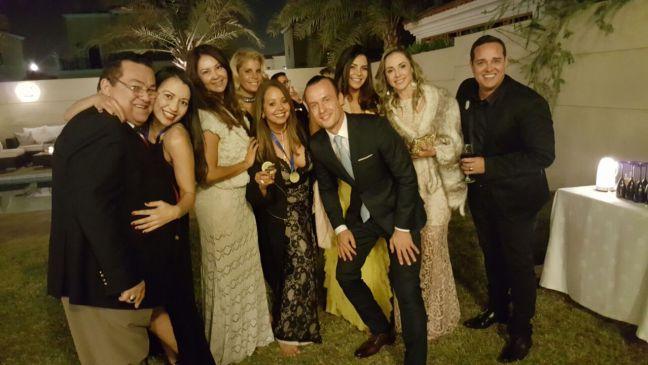 Toinho Silveira com seus convidados na sua festa em Dubai