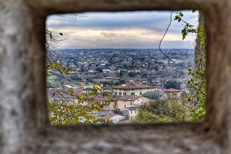Pietrasanta vista dalla Rocca  LA FOTO DEL GIORNO