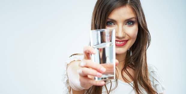 tomas agua con el estomago vacío