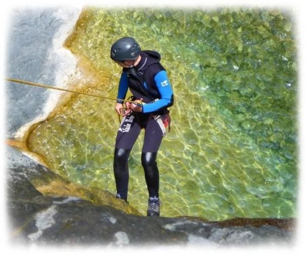 Descente en rappel au dessus d'une eau turquoise à La Réunion