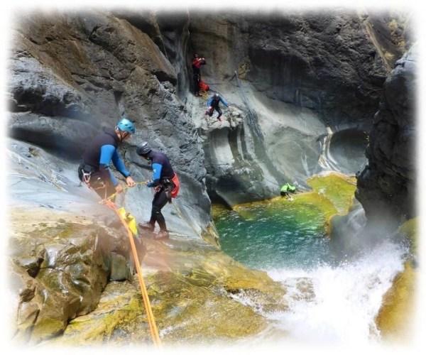 Olivier encadre un débutant en canyoning