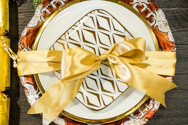 I love this idea – pop a bow around your plates so lunch or dinner is like another gift, so cute!