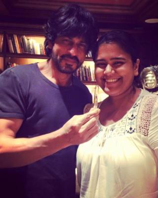 Shah Rukh Khan and Karen Pereira with her 'Fan' carving