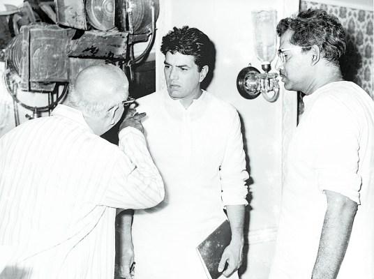 Hrishikesh Mukherjee with Dharmendra and David on the set of Satyakam (1969)