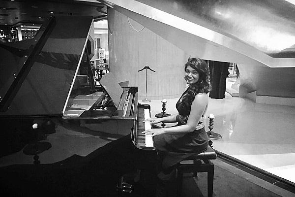 Larissa Coelho of The Whole Notes band