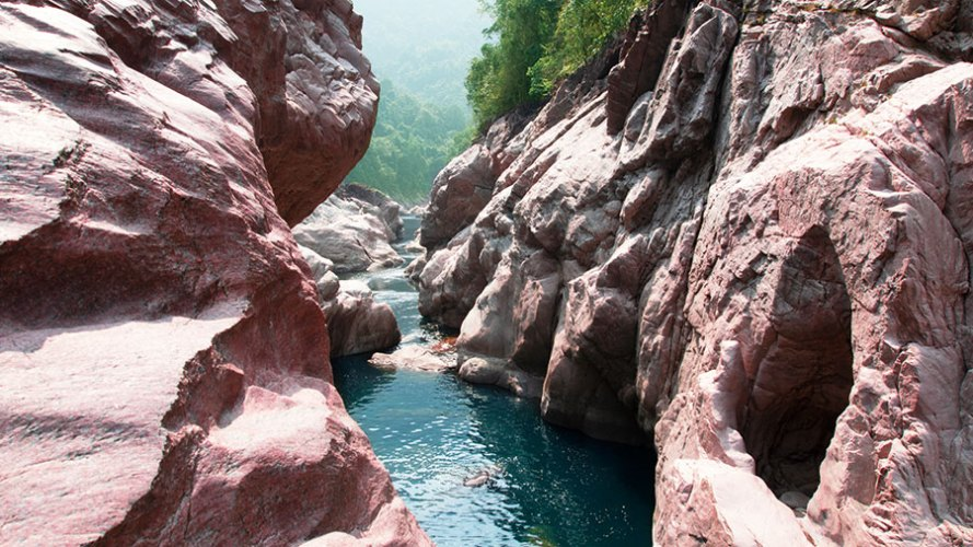 River-weathered pink granite walls at the valley below Phlangwanbroi