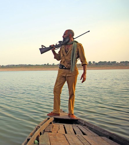 Bhoora (Mahesh Balraj) crossing the Chambal river