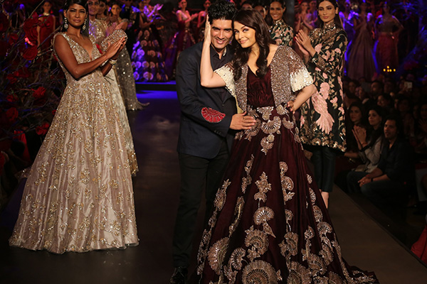manish malhotra and aishwarya rai amazon india fashion week 2015