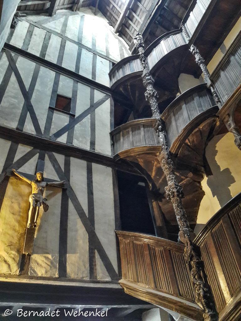 Interieur van het lantaarnhuis in Morlaix met zicht op de trap en de balk.