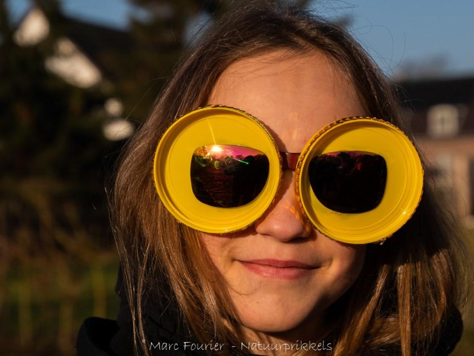 Catho showt haar zelfgemaakte zonnebril.