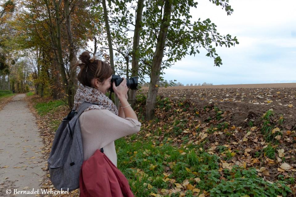 Tina neemt foto's van het akkerlandschap in Zammelen.