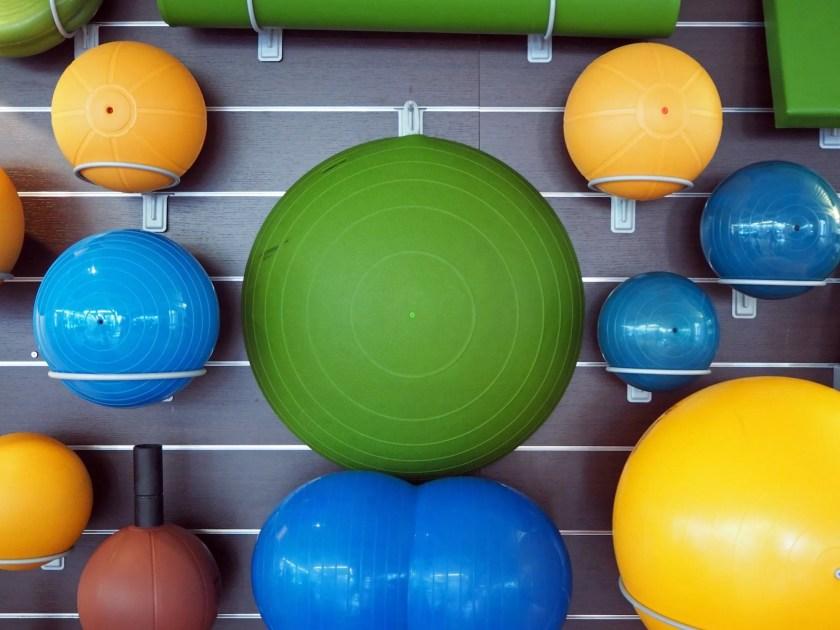 Pelotas de fitness dispuestas en el gimnasio