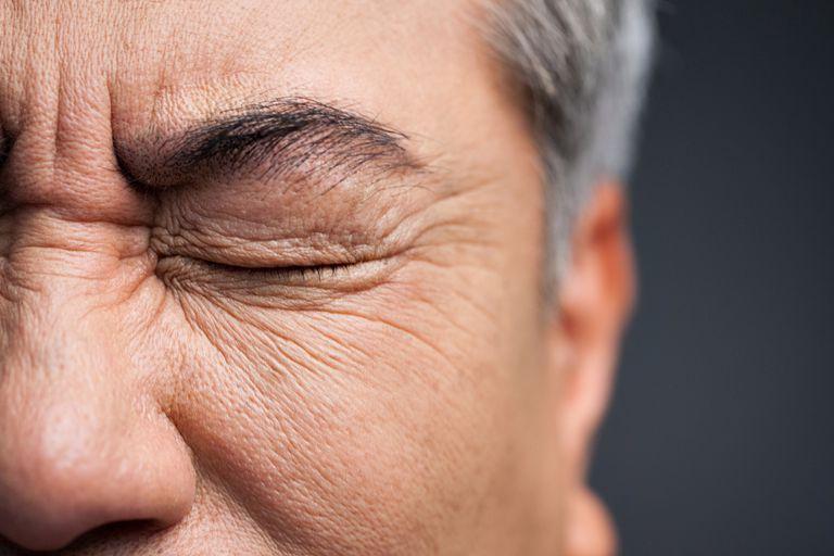menutup mata untuk melatih otak