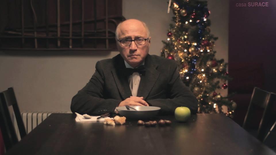 Video La parodia napoletana del nonno che si finge morto a Natale A lui basta molto meno