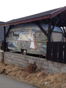 Arild Renè Gill. Når det originale utseende blir for kjedelig, så er det bare å få malt et par troll og litt landskap på vognen! 😄