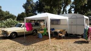 Her er vi på camping strasko i Kroatia, en av de største plassene i landet. Skikkelig gjennomført med sikkerhetsvakter, masse butikker og restauranter, frisør, lang strand og svømmebasseng. Bildet er forresten tatt utenfor en kombinert bensinstasjon og bar (!) midt ute på landet i Kroatia.