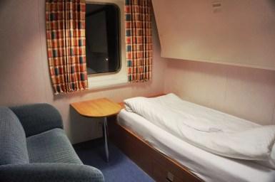 Eenvoudige, maar praktische slaapkamer met douche en toilet.
