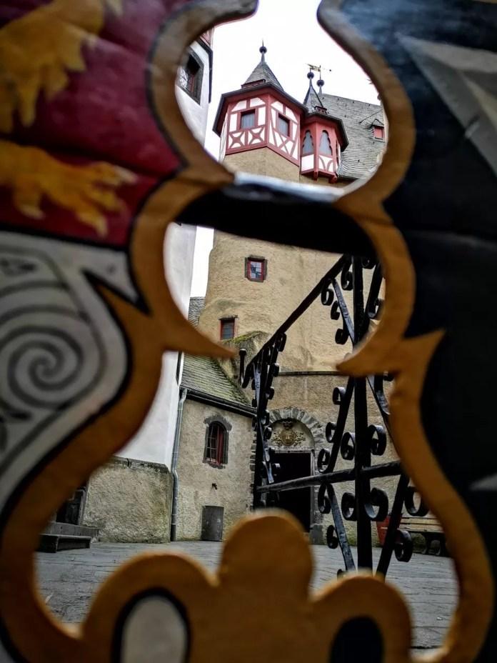 Burg Eltz kasteel duitsland binnenplaats