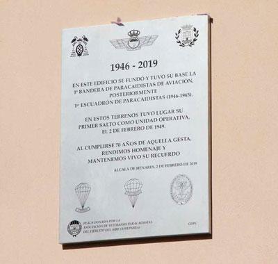 Placa conmemorativa 70 aniversario primer salto paracaidista en España
