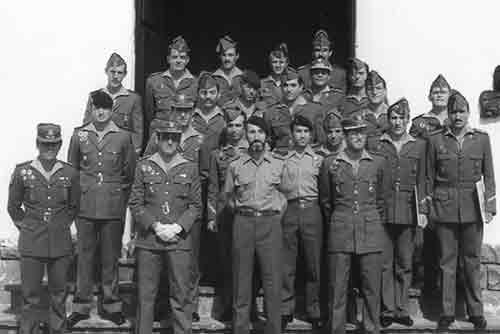 Curso 1º de OEs Legión en Ronda (en centro cte Vázquez Soler, a su izda cap. Bataller y dcha cap. Coloma)