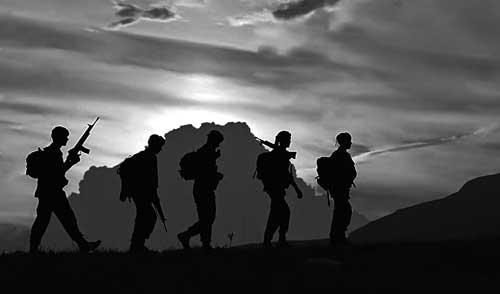 La noche aliada del guerrillero de operaciones especiales