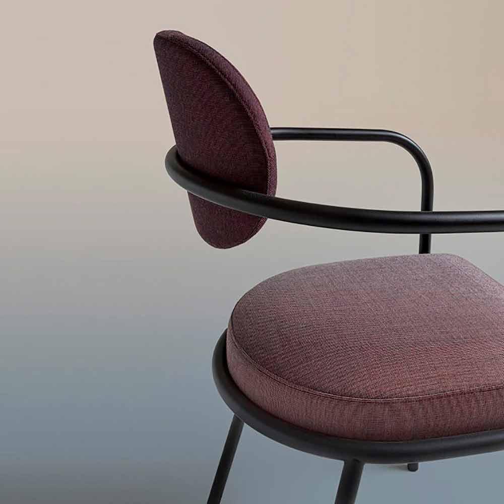 chaise design vintage avec accoudoirs en acier et tissu colore ula