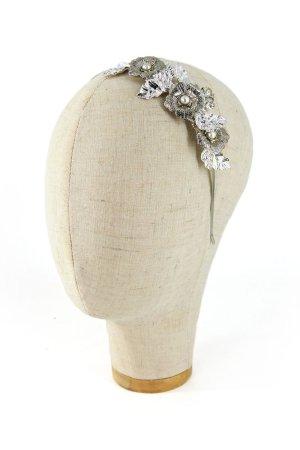 Cerchietto gioiello con filigrane metalliche color argento ricamate con filo metallico. Pezzo unico. Prodotto realizzato a mano in Italia.
