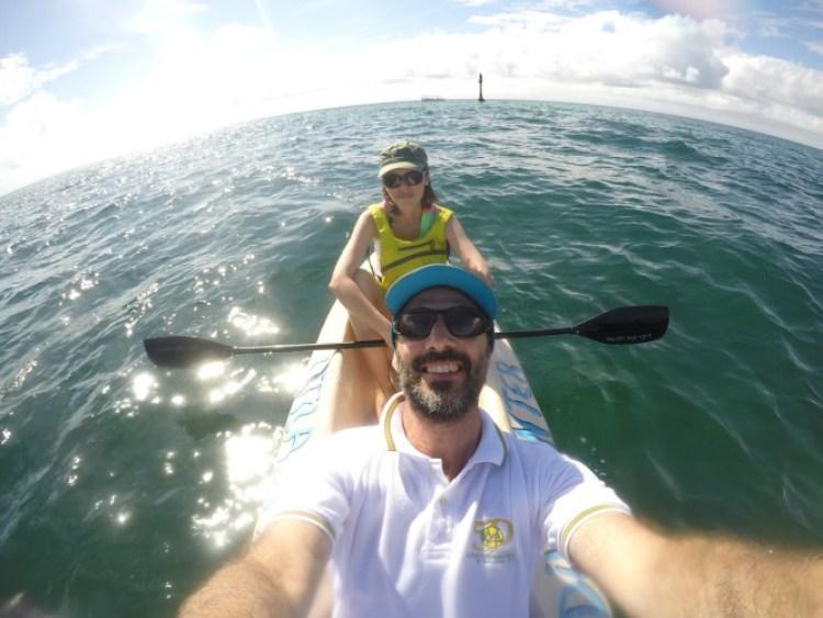 Eu e o Esteban andando de caiaque no mar caribenho